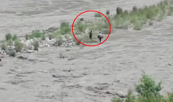 Kullu: आनी में सतलुज में लकड़ी पकड़ने गए दो लोग फंसे, पुलिस ने किया Rescue