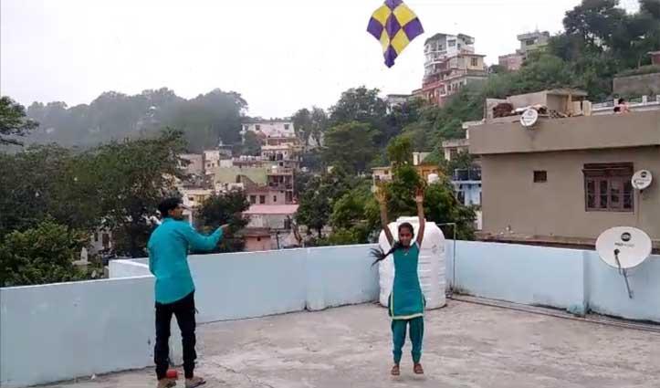 रक्षाबंधन पर भाई की कलाई पर सजी रेशम की डोरी तो आसमान में उड़ी पतंग की डोरी
