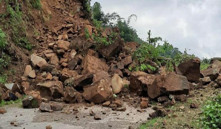 पहाड़ी से पत्थर और मिट्टी गिरने से सड़क बंद