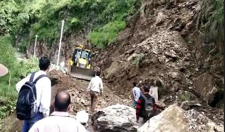 सुंदरनगर-करसोग मार्ग पर दरकी पहाड़ी, Landslide से 2 घंटे बंद रहा मार्ग