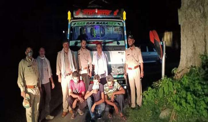 Truck में थे बिरोजे के 199 टीन-मालिक कर रहा था गाड़ी से एस्कार्ट,विभाग की टीम ने पकड़ लिए
