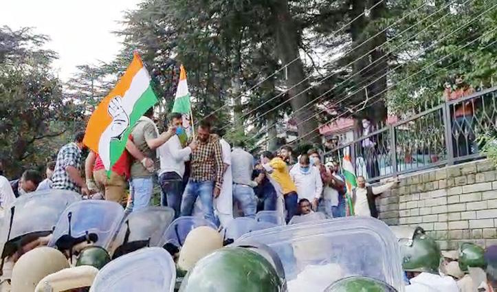Shimla में सरकार के खिलाफ सड़क पर उतरी Congress, पुलिस के साथ धक्का-मुक्की