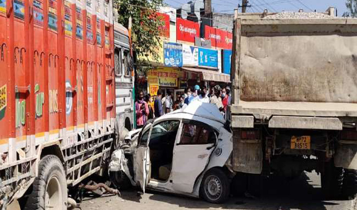 #Una : ट्रक और टिप्पर की बीच पिसी Car हुई चकनाचूर, पांच युवक बाल-बाल बचे