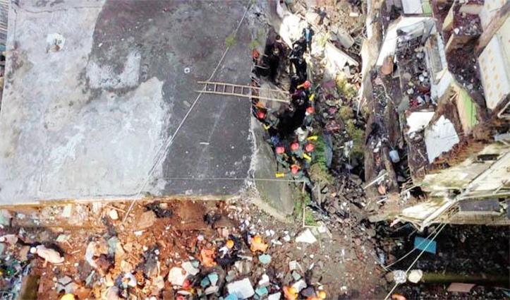 गहरी नींद सो रहे थे लोग, तीन मंजिला इमारत ढही, अब तक 11 शव निकाले, कई दबे