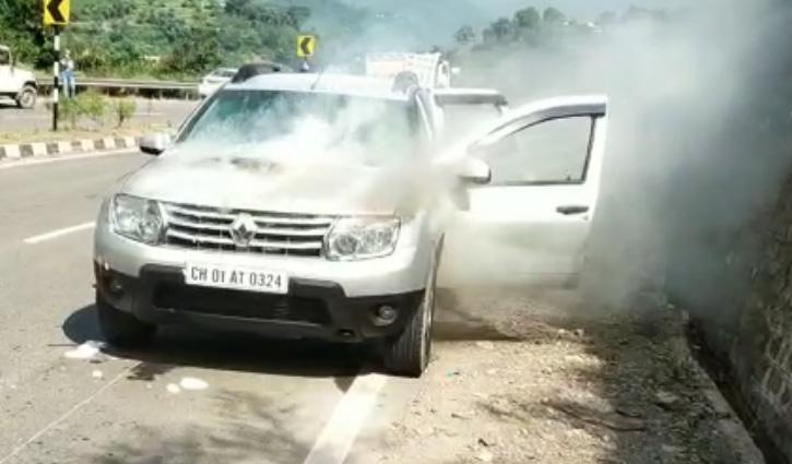 कालका-शिमला NH पर चलती कार में लगी आग, गाड़ी का इंजन जला; पढ़ें पूरा मामला