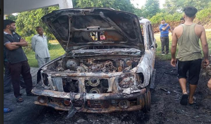 Una के चौकीमन्यार में आंगनबाड़ी केंद्र के बाहर खड़ी कार में लगी आग