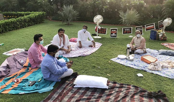 #Rajya_Sabha से निलंबित सांसदों ने रात भर किया प्रदर्शन, सुबह चाय लेकर पहुंचे उपसभापति