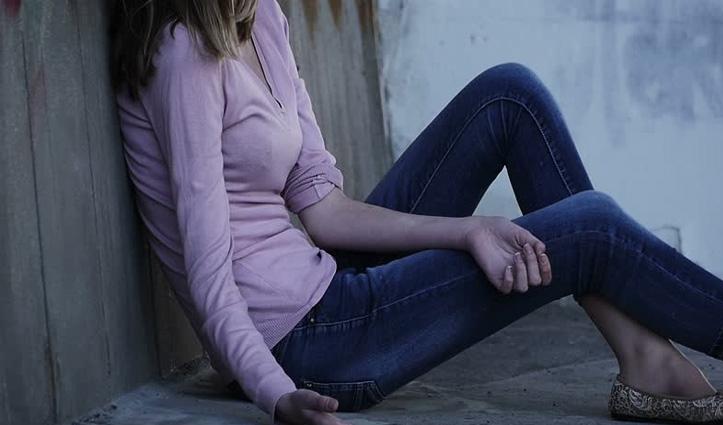 मुझे चिट्टा दे दो, नहीं तो मर जाऊंगी: ठियोग बाजार में #Drugs के लिए रोती नजर आई युवती