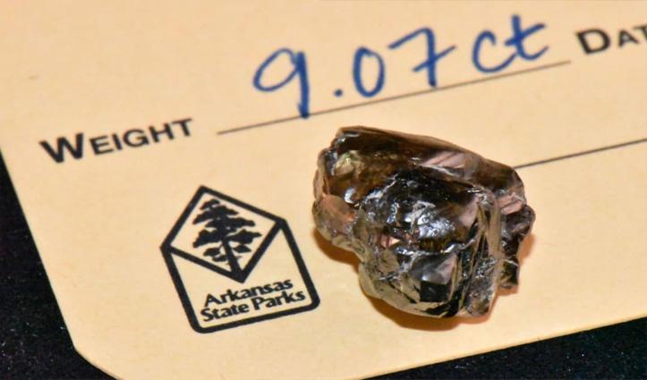 पार्क में घूम रहे बैंक मैनेजर ने कांच का टुकड़ा समझकर जो उठाया, निकला 9 कैरेट का हीरा