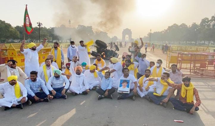 #Agricultural_Law पर बवाल जारी : यूथ कांग्रेस कार्यकर्ताओं ने India Gate के पास ट्रैक्टर में लगाई आग