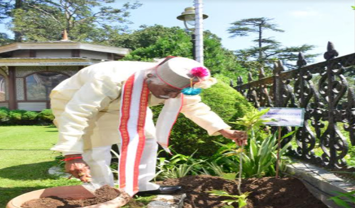 Himachal में राज्यपाल बंडारू दत्तात्रेय के कार्यकाल का एक वर्ष पूरा, किया पौधरोपण