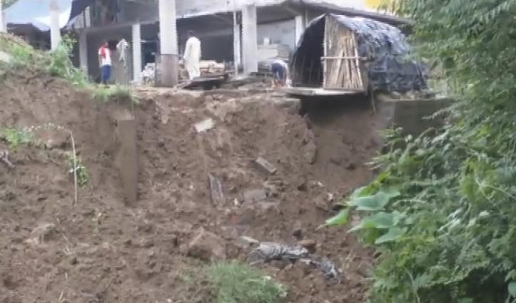 Hamirpur के कुसवाड़ गांव में भारी बारिश से गिरा डंगा, खतरे की जद में आया मकान