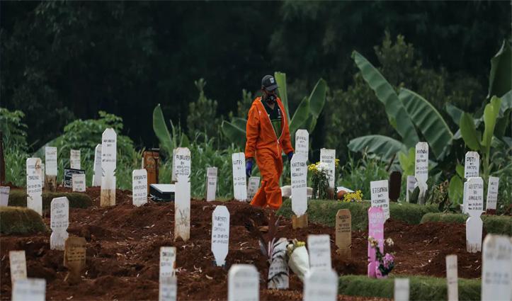 इस देश में बिना #Mask घूमना पड़ रहा महंगा: दी जा रही है कोरोना से मरने वालों की कब्र खोदने की सजा
