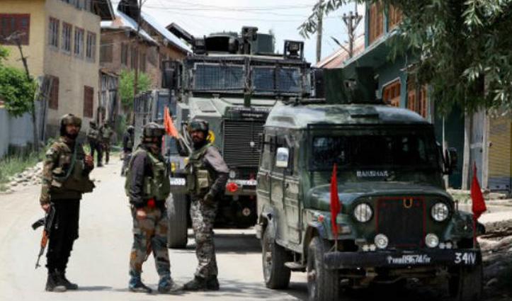 J&K: बडगाम में लोगों ने सुरक्षाबलों पर किया पथराव, घेराबंदी से बचकर भाग गए आतंकी