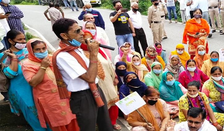Pathankot-Mandi NH पर युवक की मौत से गुस्साए लोगों ने लगाया जाम