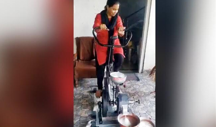 #Viral_Video : घर बैठे गेहूं पीसने के लिए लगाया ऐसा जुगाड़, कसरत के साथ हो रहा काम