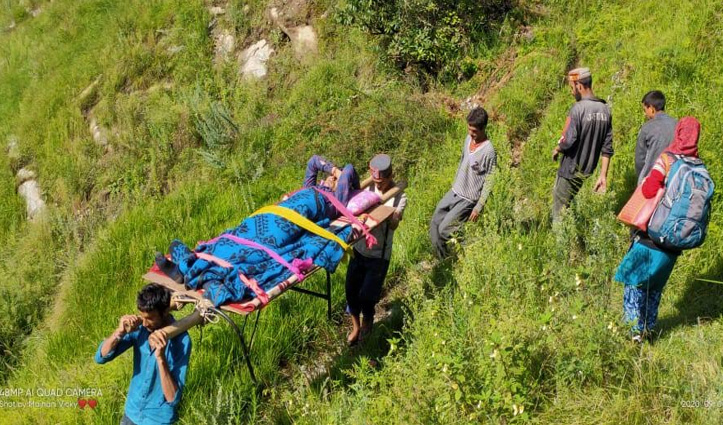 Kullu के ये गांव जी रहे नरक की जिंदगी, मरीजों को कंधों पर उठाकर पांच किमी करते हैं सफर