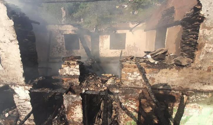 #Kullu की गड़सा घाटी में जला अढाई मंजिला लकड़ी का मकान, 10 लाख का हुआ नुकसान