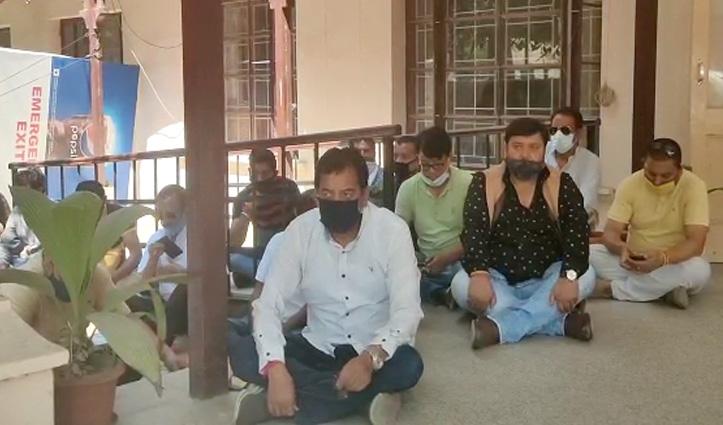 होटल परिसर में नारेबाजी मामलाः SP office के बाहर धरने पर बैठे MLA Sundar Singh