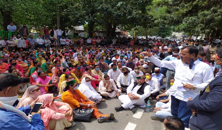 कांग्रेसियों का कुल्लू में SP office के बाहर प्रदर्शन,शहर में निकाली रोष रैली