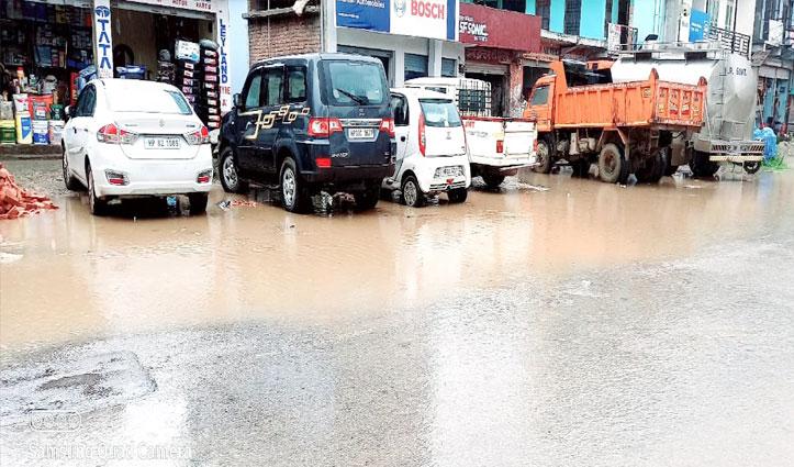नेरचौक में मानसून का कहरः बंद हुई NH किनारे की नालियां और घरों में घुसा पानी