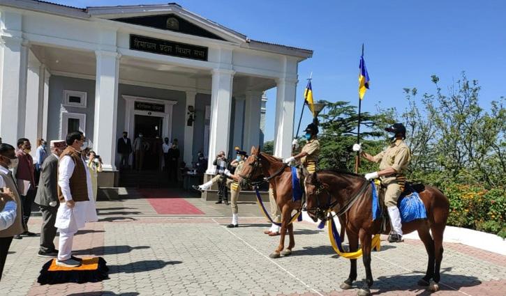 विधानसभा के बाहर CM जयराम और स्पीकर विपिन परमार को दिया गया गार्ड ऑफ ऑनर