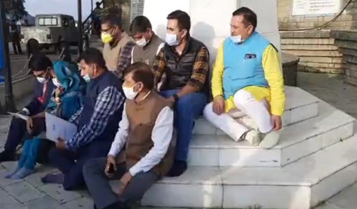 रिज पर महात्मा गांधी की प्रतिमा के नीचे बैठ #Congress विधायकों ने दिया धरना; सरकार पर मढ़ा आरोप