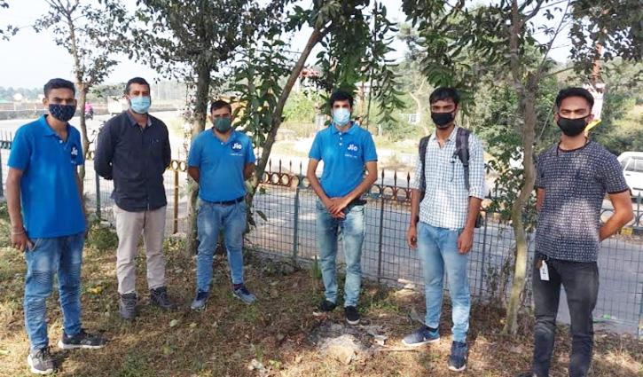सुंदरनगर में कपड़ा व्यापारी ने Jio Fiber Team के साथ की मारपीट, बिल्डिंग से नीचे फेंकने की भी कोशिश