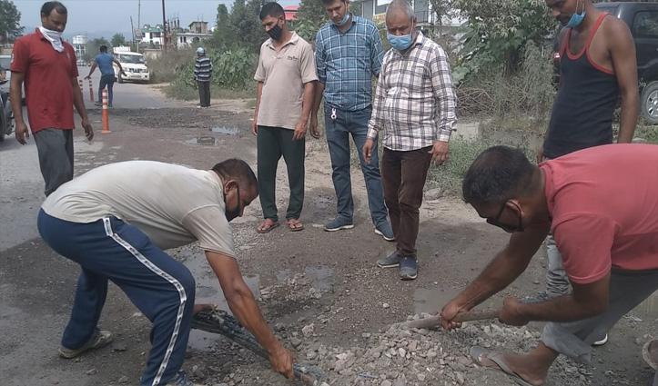 नाचन जनकल्याण समिति की गांधीगिरीः भर डाले Chandigarh- Manali NH पर पड़े गड्डे