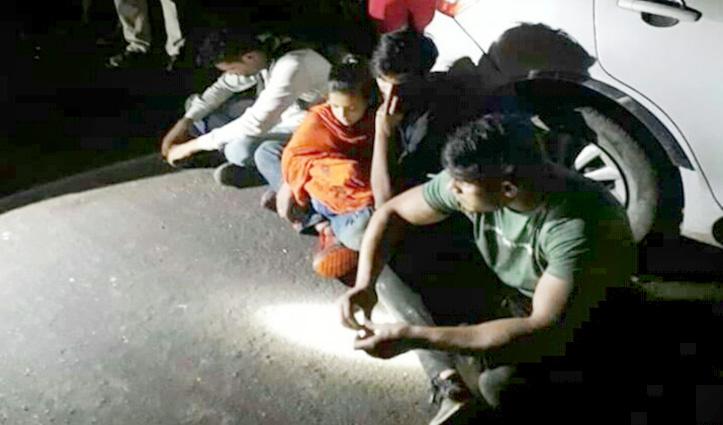 साथियों संग अपने ही बच्चों को अगवा करने पहुंची मां, गांववालों ने किया Police के हवाले