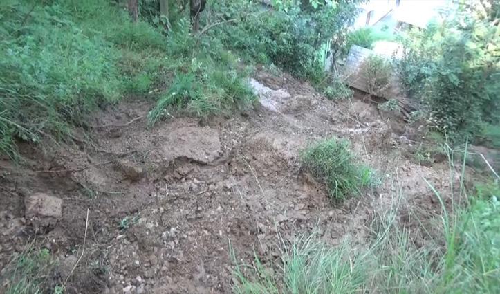 पानी के तेज बहाव में बह गई 3 परिवारों की कई बीघा भूमि व मिट्टी में मिले पेड़