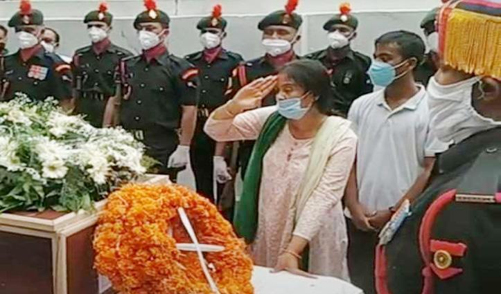 Leh में जान गंवाने वाले Major Deekshant का अंतिम संस्कार, मां ने सेल्यूट कर दी विदाई