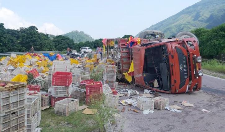 सुंदरनगर: जड़ोल में NH-21 पर पलटा सेब से लदा ट्रक, चालक घायल