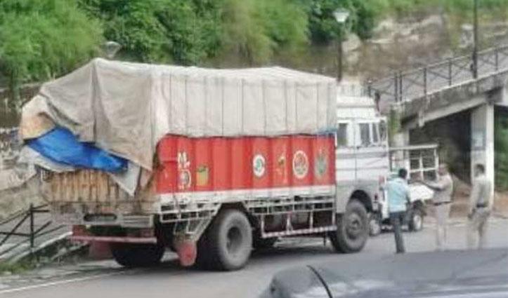 Chintpurni police ने ट्रकों में लेकर जा रहे अवैध बिरोजे के 800 टीन पकड़े, चार हिरासत में