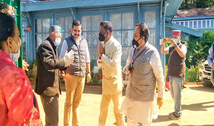 पूर्व सीएम वीरभद्र सिंह से मिलने पहुंचे शुक्ला