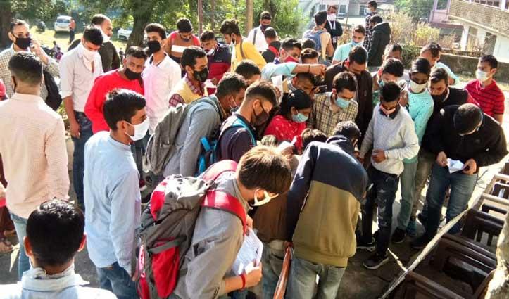 #HRTC कंडक्टर भर्ती : परीक्षा केंद्रों के बाहर जुटी भीड़, Social Distancing की भी उड़ी धज्जियां