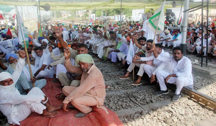 कृषि कानून के खिलाफ पटरियों पर बैठे किसान, #Punjab में रेल रोको अभियान, कई ट्रेनें रद्द