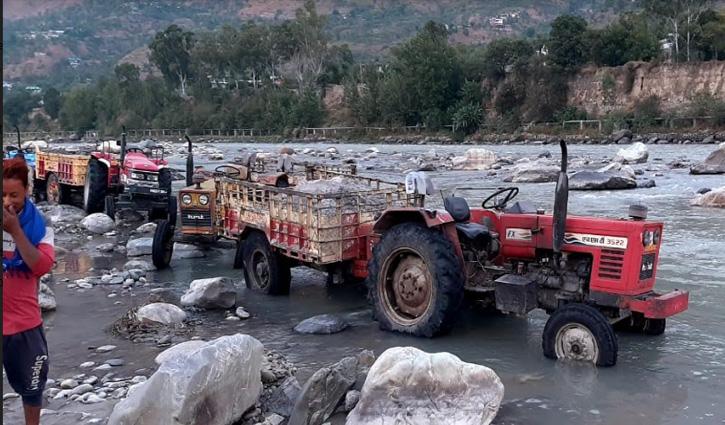 Kullu: भुंतर में ब्यास नदी किनारे अवैध खनन करते 10 ट्रैक्टर जब्त, मालिकों से वसूला 40500 जुर्माना