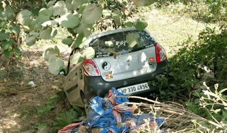 Sundernagar में अनियंत्रित होकर सड़क से नीचे लुढ़की Car, दो युवक थे सवार