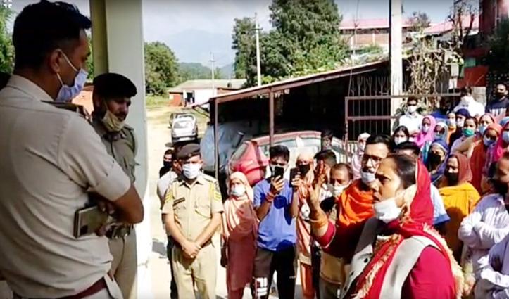 Woman Suicide Case: ससुरालियों की गिरफ्तारी पर भड़के ग्रामीण, गगल थाने के बाहर किया प्रदर्शन