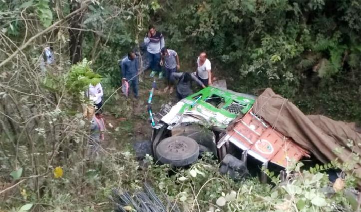 घुमारवीं में सरिए से लदा Truck खाई में गिरा, Driver की मौके पर गई जान