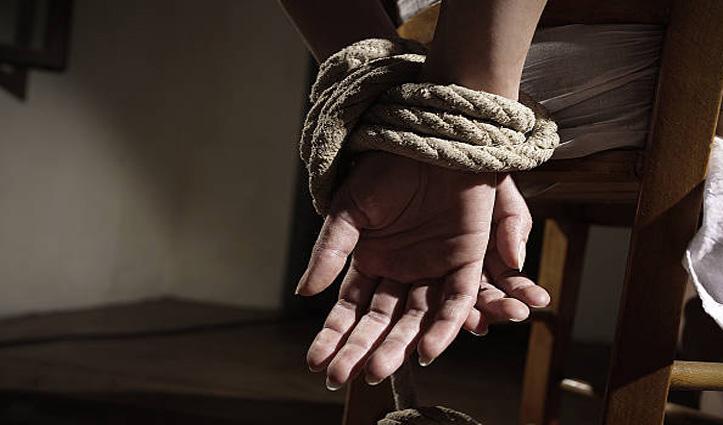 दो पत्नियों के साथ एक ही घर में रहता था शख्स, एक ने की मायके जाने की कोशिश तो जंजीरों से बांधा
