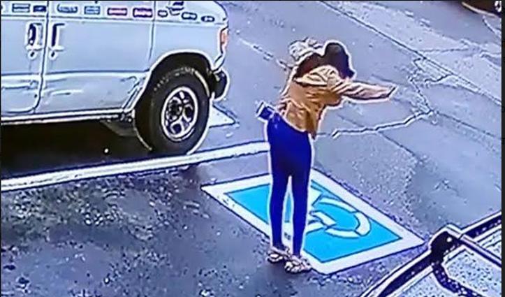 नौकरी मिलने के बाद खुशी से झूमती लड़की ने किया ऐसा डांस, #Viral हो गई वीडियो