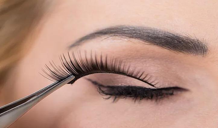 नकली पलकें लगवा रही महिला की आंख में गिरा गोंद: अंधी हो गई!