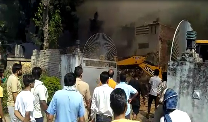 Mahatpur में कबाड़ के गोदाम में Fire, कड़ी मशक्कत से पाया काबू