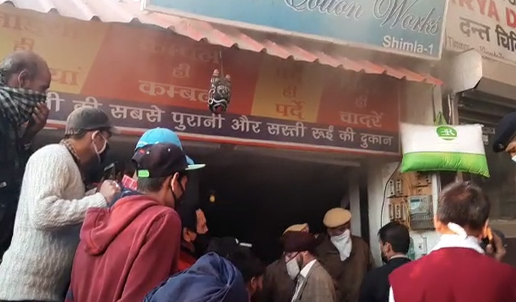 Shimla: लोअर बाजार में रजाई की दुकान में लगी आग, धू-धू कर जली रजाईयां