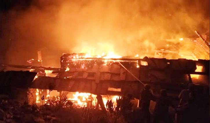 Shimla: चौपाल के मधाना में दो भाइयों का दस कमरों का मकान जलकर राख