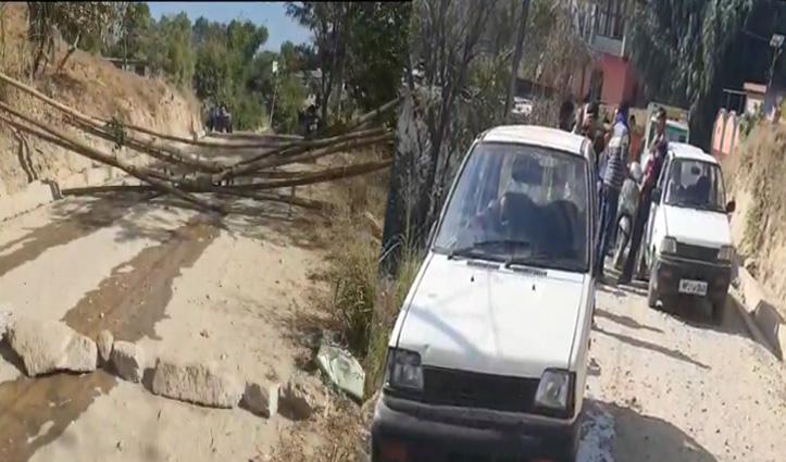 कछुआ चाल से हो रहा काम, गुस्साए ग्रामीणों ने बांस-पत्थर लगाकर बंद की सड़क