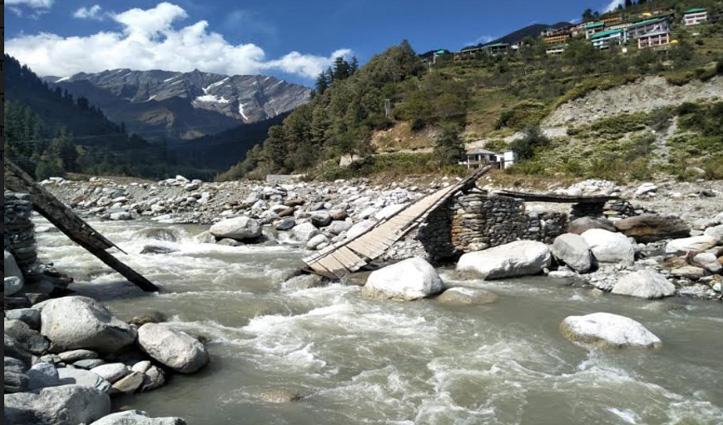 Kullu: सोलंग गांव में बना अस्थाई पुल टूटा, एक व्यक्ति और 5 घोड़े ब्यास में गिरे