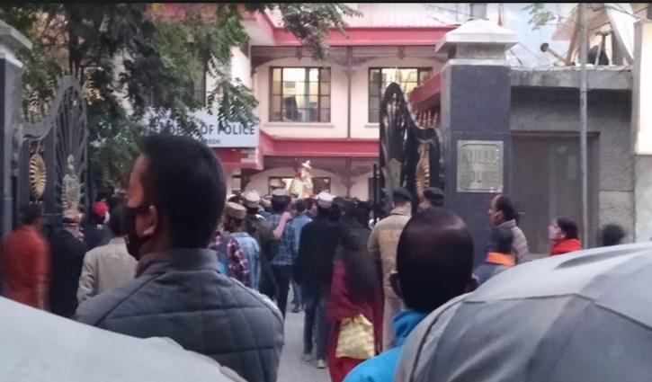 #Kullu_Dussehra में ना बुलाने पर देवी-देवता पहुंचे DC और SP Office, जताई नाराजगी